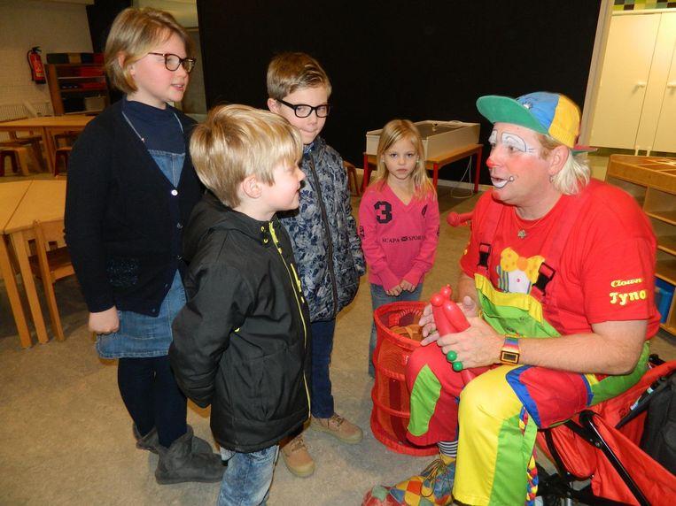Een clown verwelkomt de kinderen die zaterdag al een kijkje kwamen nemen.