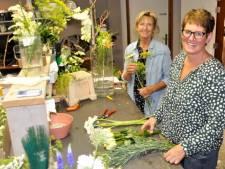 Marja en Helma uit Harmelen verkopen duurzame bloemen: 'Ze keken zelfs naar de rubbers in de koelcel'