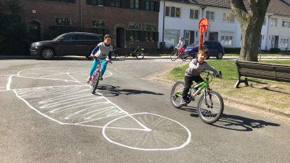 'Ronde van het Begijnhof': buren zwaaien van op de fiets naar HLN-heli