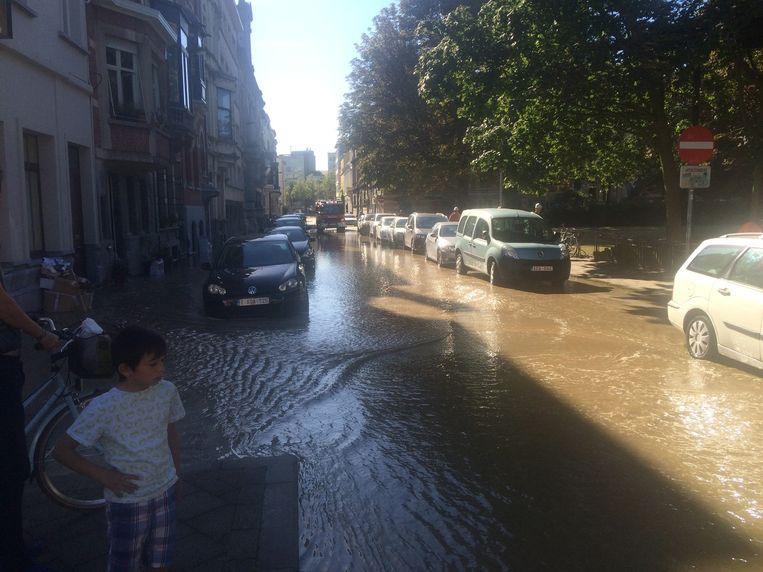 Het water stroomt door de Schilderstraat.