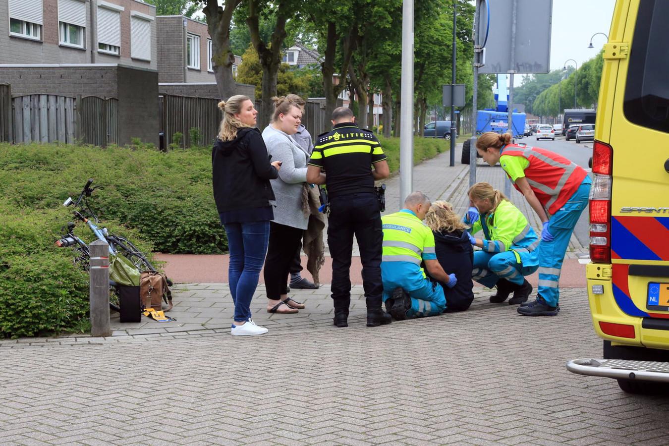 Ambulance-verpleegkundigen in actie na een ongeluk waarbij een fietser door een auto werd aangereden aan de Korhoenderhof in Helmond. (archieffoto)