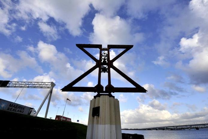 Het monument op de brug is gemaakt van oude delen die in 1978 gesloopt werden.foto Thom van Amsterdam