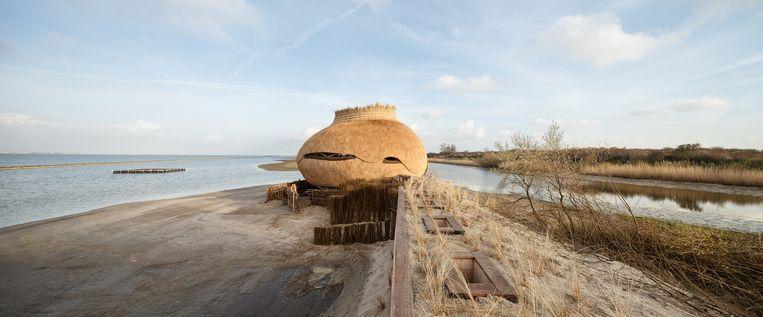 Tij, een vogelkijkhut bij het Haringvliet, door RO&AD architecten en RAU. Het ei van een grote stern vormde deinspiratie voor het ontwerp. Beeld  Katja Effting