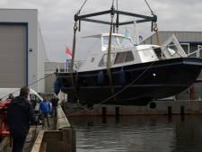 Zeiljachtbouwer heeft motorboot hersteld van stichting voor autistische jongeren in Zwolle