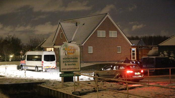 Bij het huis in Pijnacker van de 19-jarige man die donderdagavond met een wapen zendtijd eiste in het NOS Journaal wordt donderdagavond laat huiszoeking gedaan door de politie