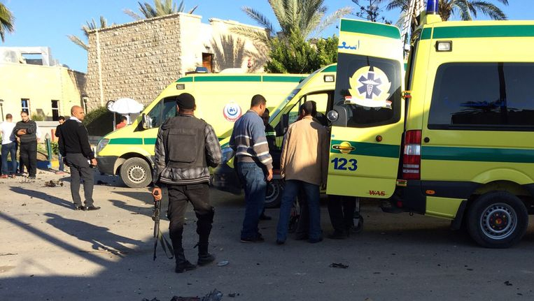 Hulpdiensten en veiligheidsagenten aan het Swiss Inn hotel, waar de aanslag plaatsvond.