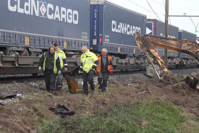 Bestuurder van de graafmachine Wim van Dijk (in oranje hesje) na het ongeval
