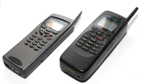 De Nokia Communicator 9000 (rechts), naast zijn opvolger, de Nokia 9110 (links).