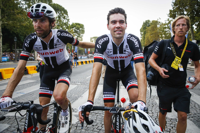 Tom Dumoulin en Laurens ten Dam (L) op de Champs-Elysees na de laatste etappe van de Tour de France.