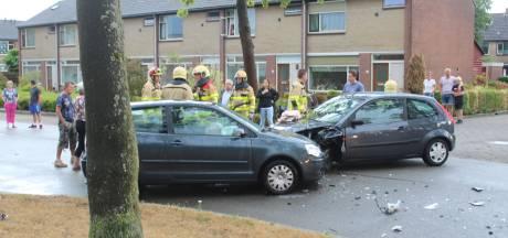 Vrouw gewond bij frontale botsing in Apeldoorn