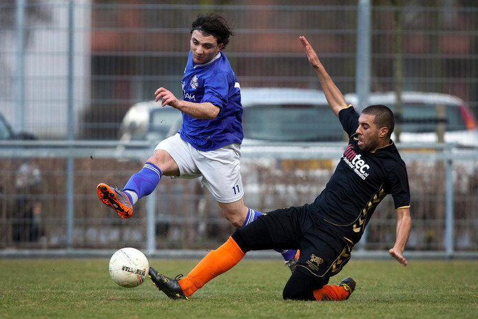 Archieffoto: Duel om de bal in de wedstrijd HSV Escamp - JuVentas Amateurs 4e klasse