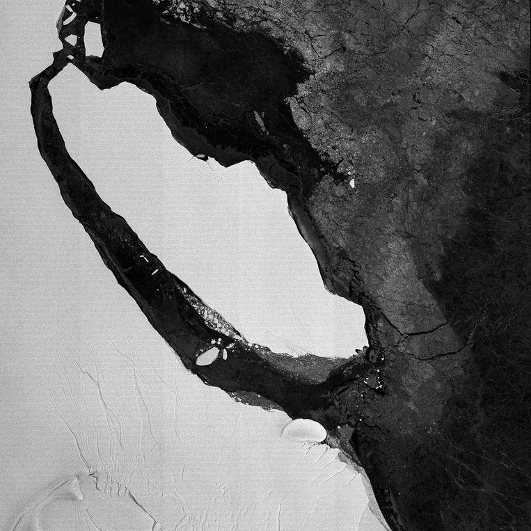 Een satellietbeeld toont hoe de ijsschots van meer dan 5.000 vierkante kilometer zich stilaan losmaakt van de Larsen C-ijsplaat.