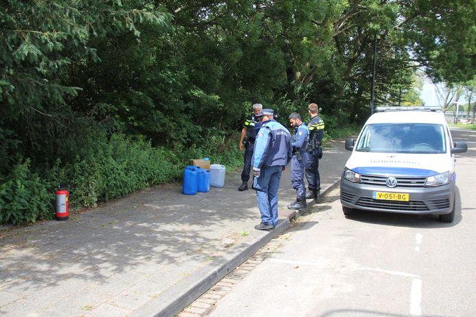 Passanten vonden in de bosjes bij het Jaagpad in Rijswijk blauwe jerrycans en kartonnen dozen. Eerder werd ook een chemische lucht geroken.