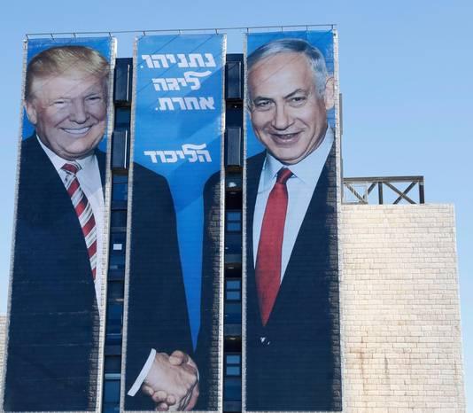 Le Premier ministre Benjamin Netanyahu s'affiche aux côtés de Donald Trump sur un immeuble de Jérusalem.