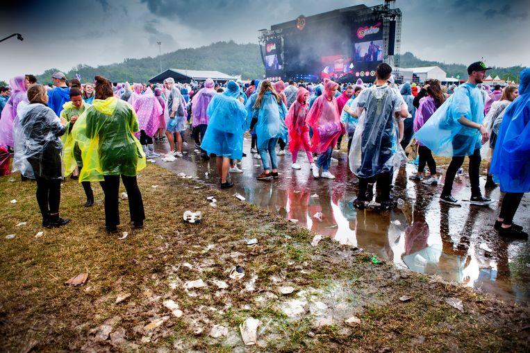 Het weer was minder feestelijk dan het jubilerende Pinkpop op had gehoopt.  Beeld Maarten Hartman