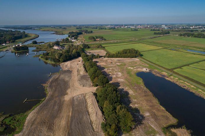 De Music Club wordt omgebouwd voor centrale voorzieningen bij het recreatiepark (voorgrond) dat dit voorjaar uit de grond wordt gestampt.