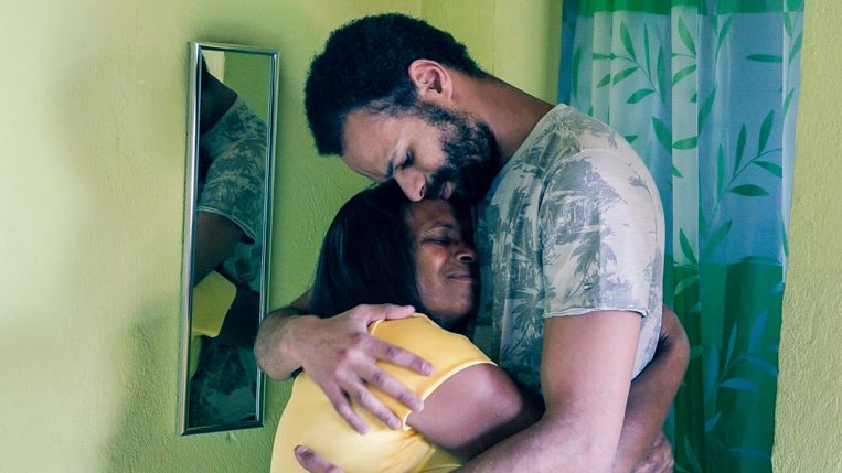 Maarten en zijn biologische mama knuffelden een hele tijd.