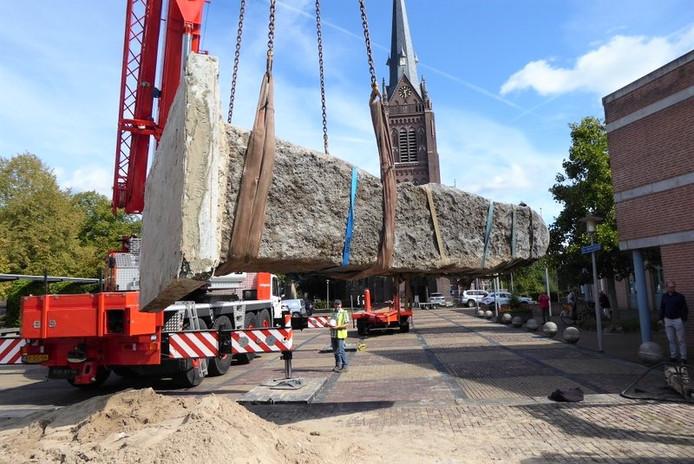 De stenen worden met een 48-tons kraan geladen in Haaren.