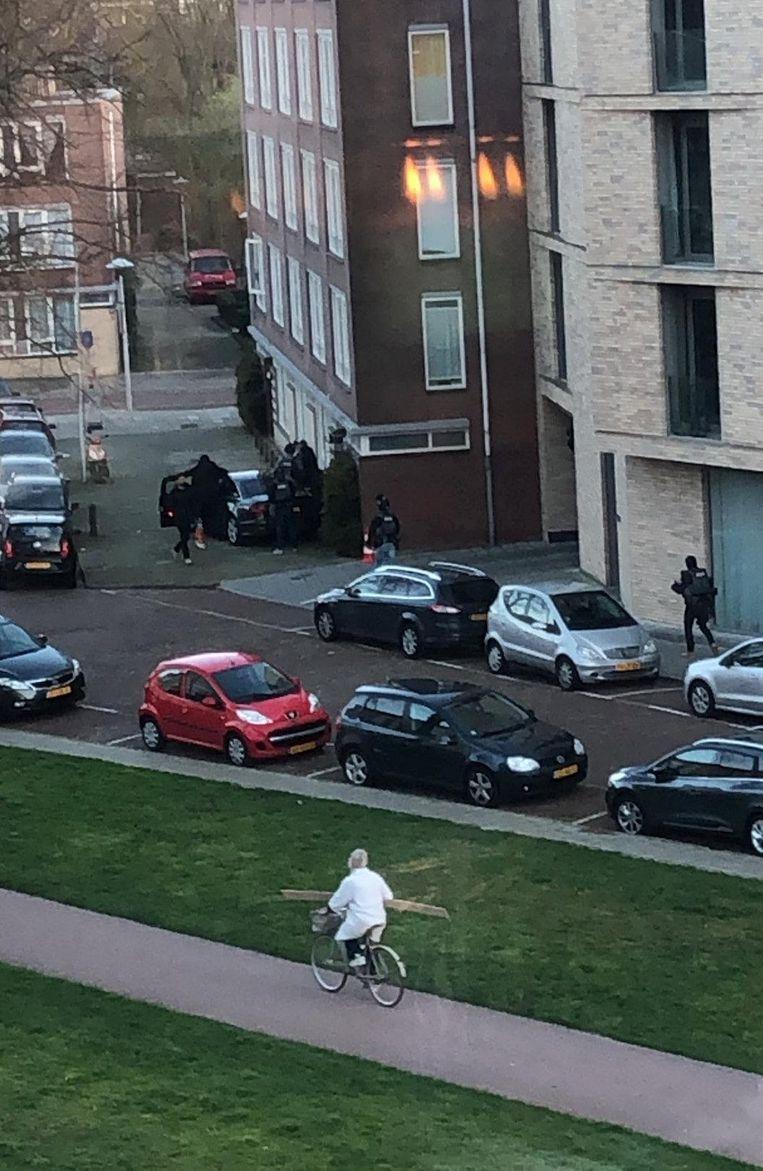 Politie-eenheden arresteren de verdachte in een huis aan Oudenoord, waarna rechercheurs de woning uitkammen. Beeld MAXUITUTRECHT ANP