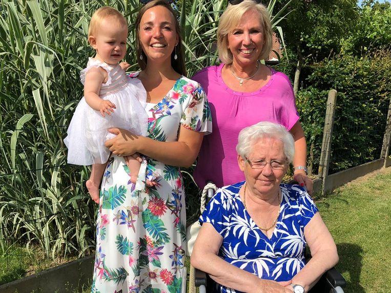 Baby Juliette De Vos, mama Sofie De Beus, grootmoeder Chantal Van Esbroeck en overgrootmoeder Hilda Huysegoms.