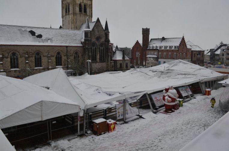 In Waregem kwam door het gewicht van de sneeuw een deel van de tent van de ijspiste naar beneden. De brandweer kwam helpen om alles op te ruimen.
