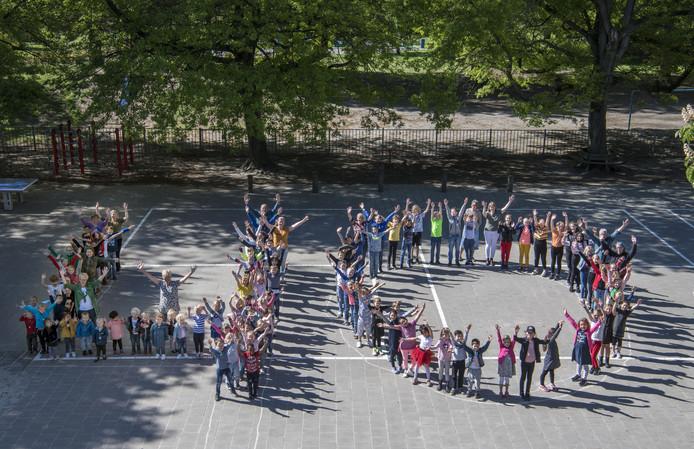 De Almelose Montessorischool viert de veertigste verjaardag met een week vol uitstapjes, optredens en een feestje voor iedereen die komen wil op vrijdag.