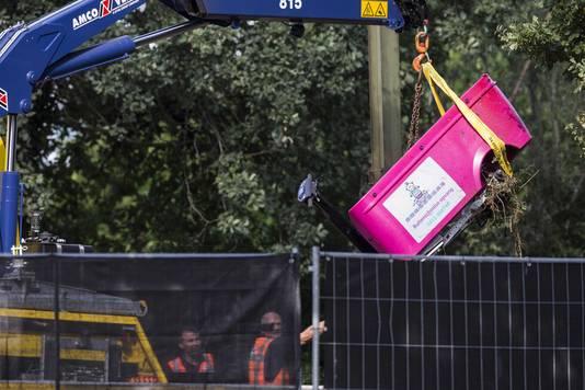 De berging van de elektrische bakfiets bij een spoorwegovergang in Oss. Bij een ongeluk tussen een trein en de bakfiets zijn vier kinderen omgekomen.