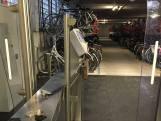 Brutale fietsendieven roven tweewielers uit bewaakte stalling van NS in Oss