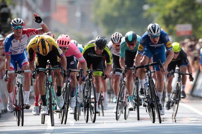 De ontknoping van het NK vorig jaar: Fabio Jakobsen (rechts) wint de massasprint in Ede. Jakobsen sprak afgelopen weekeinde zijn zorgen uit over het coronabeleid bij kleinere wielerploegen.