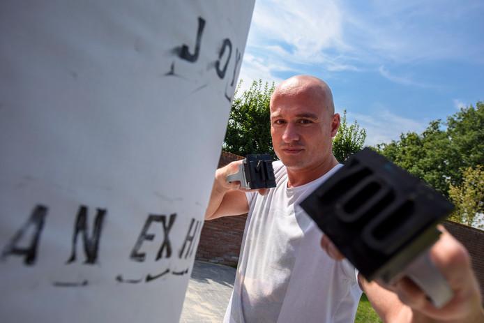 Bart van Polanen, alias de Paintboxer, combineert boksen met kunst. Hij wikkelt een canvasdoek om een boksbal en slaat er dan met verf, en tegenwoordig met letters, op.