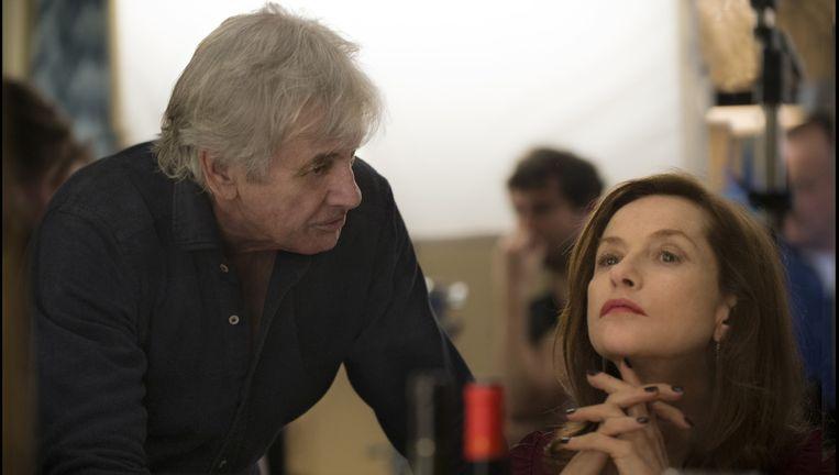 Paul Verhoeven met Isabelle Huppert op de set van Elle. Beeld Guy Ferrandis