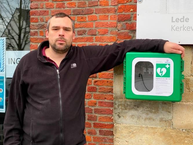 """Andy (40) reanimeerde op tweede kerstdag zijn buurman (34) dankzij AED-toestel: """"Zelfs een kind kan dit doen"""""""