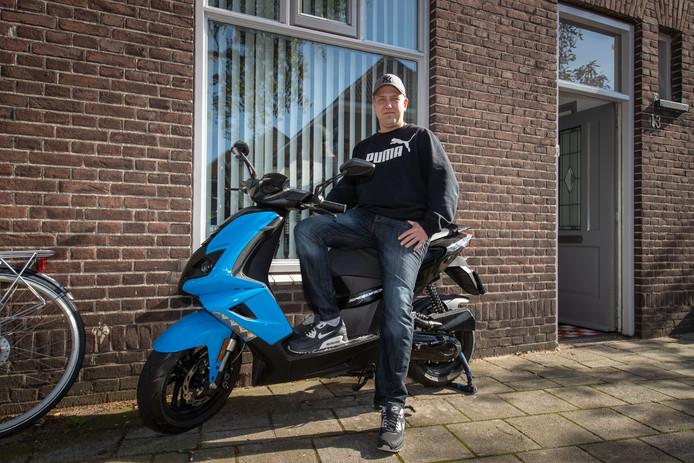 Jeroen Brink uit de Begijnestraat in Kampen met zijn scooter die werd gestolen en weer teruggevonden.