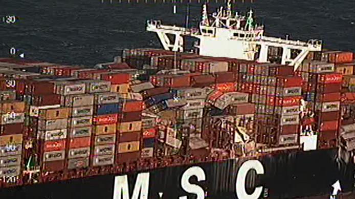 Beelden van de MSC Zoë nadat het schip 270 containers verloor. Op de door de Kustwacht vrijgegeven beelden valt te zien hoe op de diverse plekken op het schip containers overboord zijn gegaan.