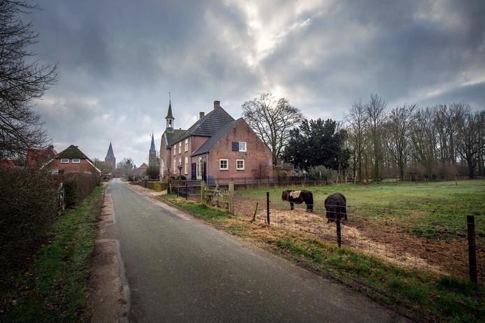 Misschien wel het mooiste straatje van Maas en Waal het Kerkpad met de drie kerken van Horssen.