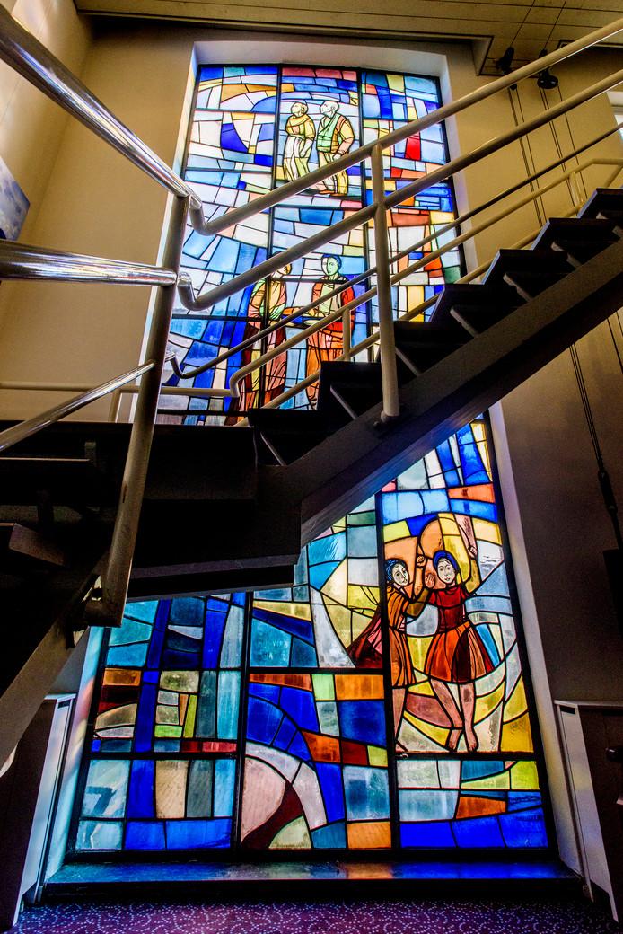 Het door Nel van der Maaden ontworpen glas-in-lood raam in het gemeentehuis van  Aalburg. Foto Tom Valstar/Beeldwerkt