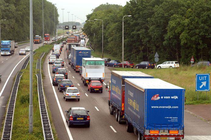 Aanschuiven op de A27. Geregeld staat het ook vast in de dorpen van Altena vanwege het sluipverkeer.