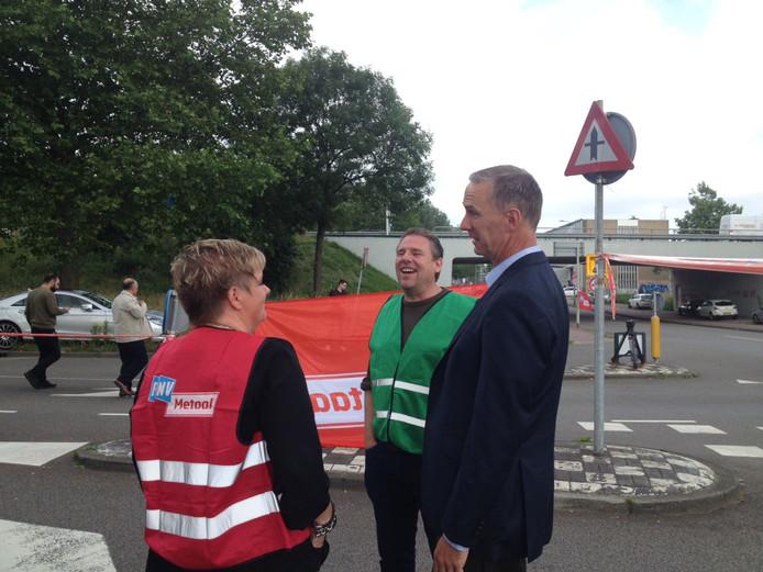 DAF topman Preston Feight rechts in gesprek met FNV bestuurder Petra Bolster.