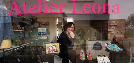 'Leatherpaint artist' Leona maakt een vliegende start met atelier vol beschilderde schoenen en jassen