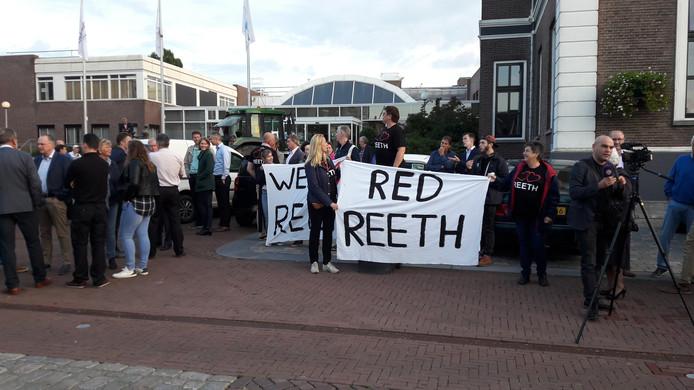 Inwoners van Reeth wachten de Overbetuwse politici dinsdagavond op voor het gemeentehuis.