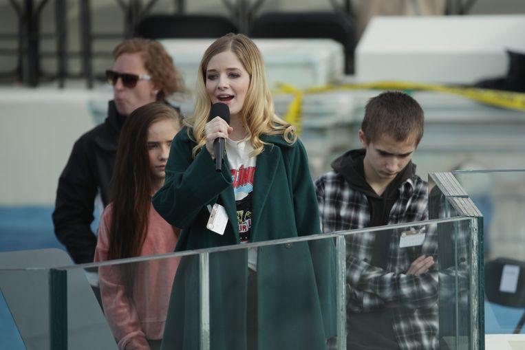 Jackie Evancho zingt het volkslied tijdens de repetitie van de inauguratie. Beeld AFP