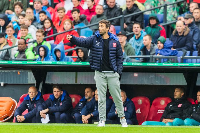 Gonzalo Garcia Garcia probeert zijn spelers in De Kuip de weg te wijzen.