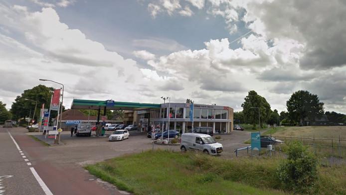 Het tankstation aan de Berghemseweg bij de entree van Herpen, waar Arie Kennis woningen wil bouwen.