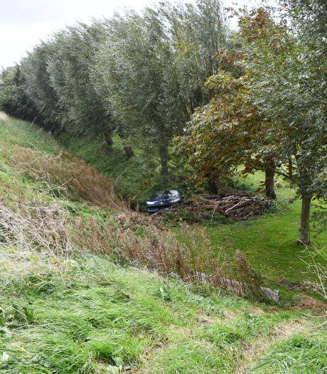 Auto belandt naast dijk door aanrijding Dreischor