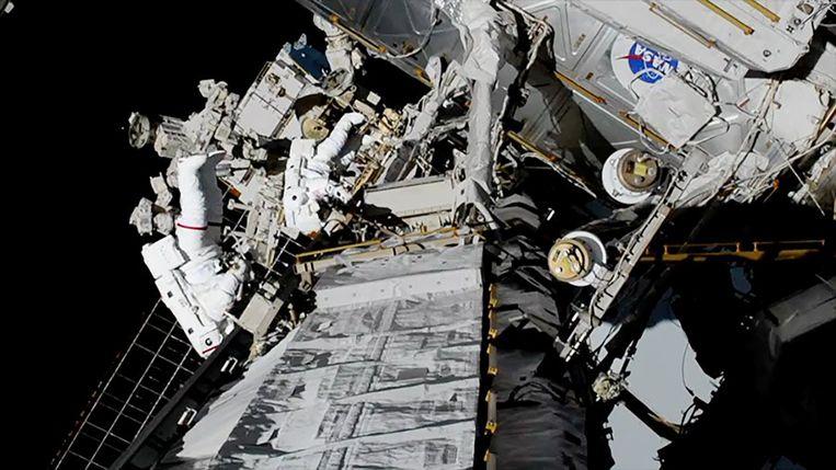 Astronauten Jessica Meir and Christina Koch maakten de eerste ruimtewandeling met alleen vrouwen, op 18 oktober.  Beeld Reuters/ Nasa
