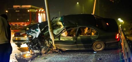 Auto vliegt tegen paal op brug in Best, geen van inzittenden hoeft naar het ziekenhuis