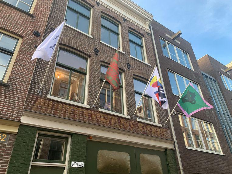 Vier vlaggen van het project Four Flags 2020 aan de gevel bij Nick Terra en Julia Mullié in Amsterdam.  Beeld Four Flags 2020