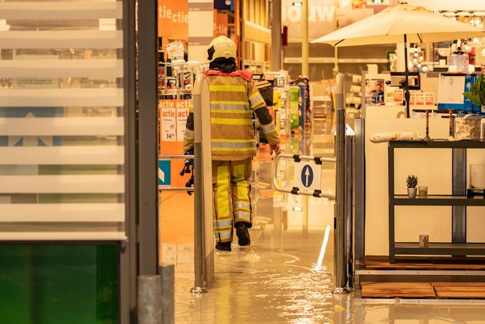 Door de instorting is de Gamma in Laagraven (Nieuwegein) onder water komen te staan. Medewerkers konden zich op tijd uit de voeten maken toen het dak instortte.