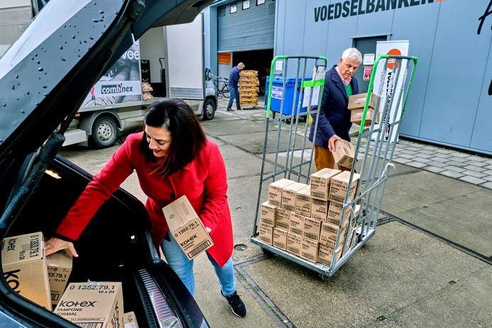 Schenking van Kotex tampons aan de Voedselbank HW.