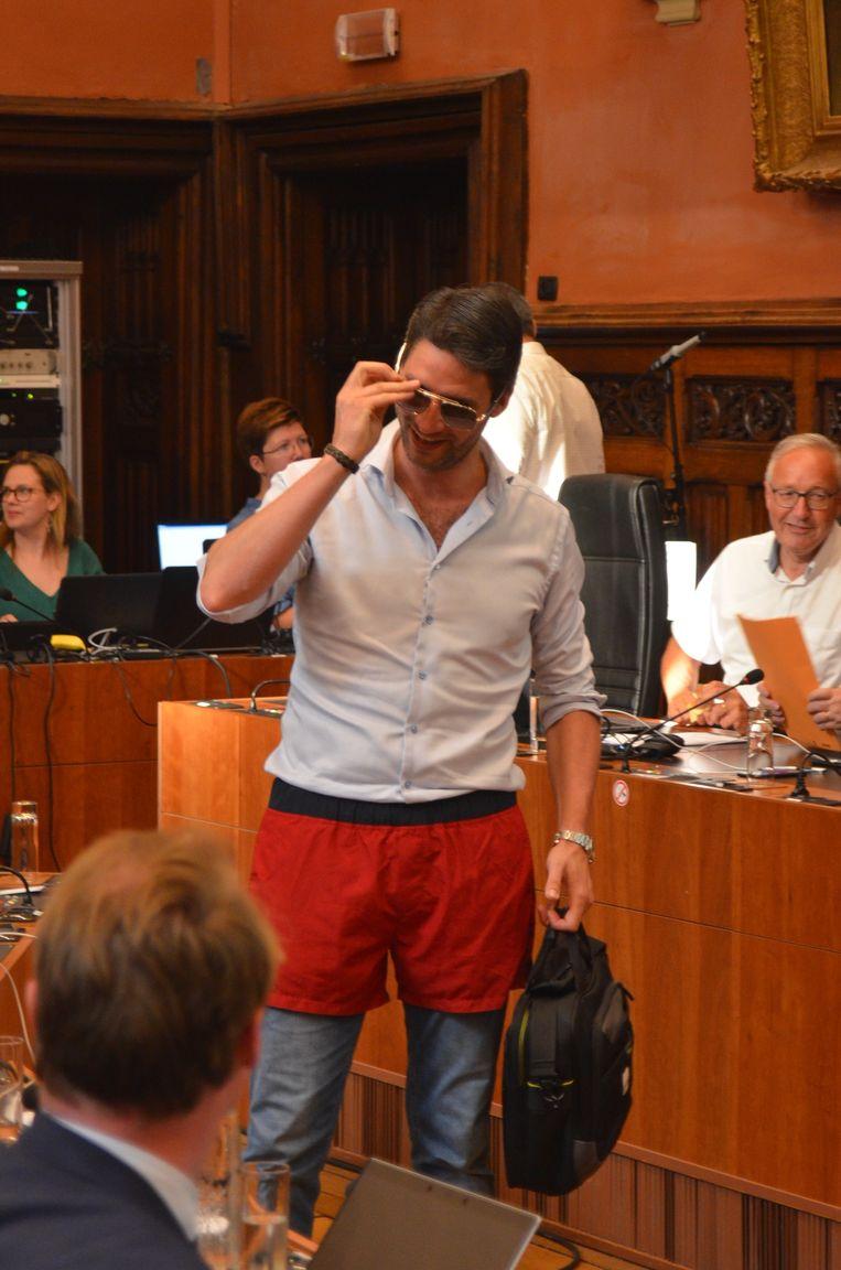 Christiaan Van Bignoot (Open Vld) in zijn Baywatch-short.
